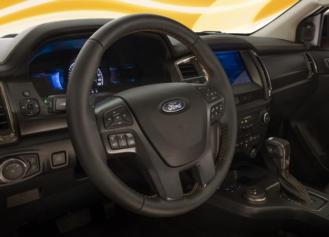 Ford Ranger màu cam rực rỡ 10